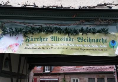 Das Banner der Altstadtweihnacht Fürth hängt und weist den Besuchern den Weg!