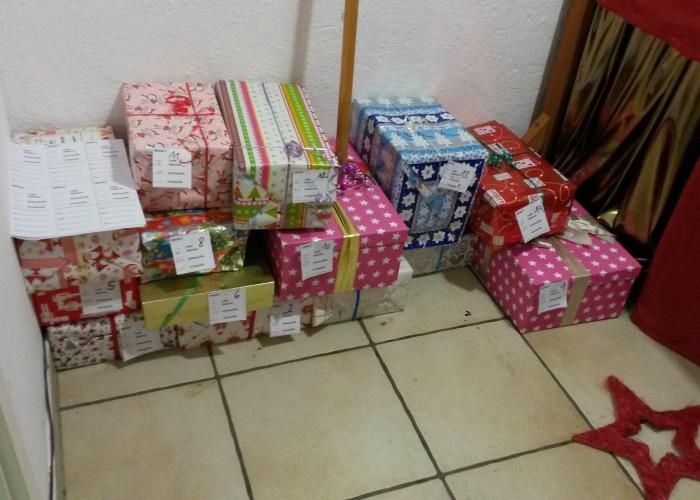 liebevoll verpackte Geschenke für Flüchtlingskinder.