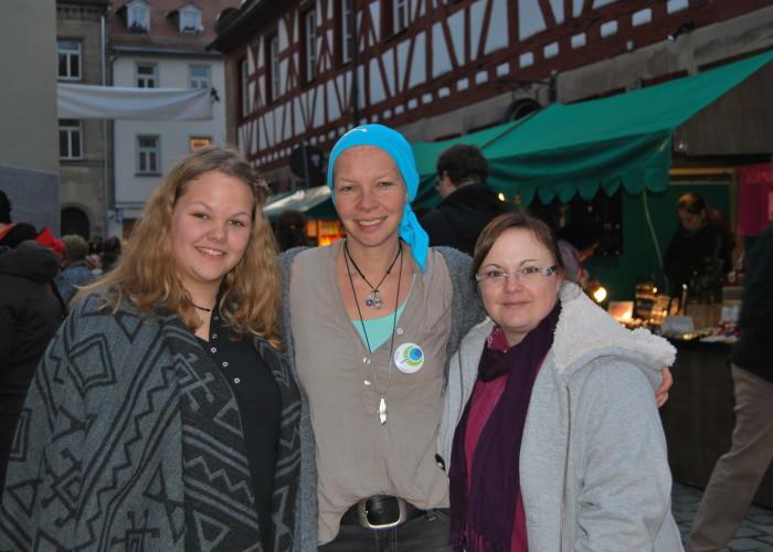 Susanne Singer beschäftigt Kinder auf der Bühne des Fürther Altstadtweihnachtsmarkt