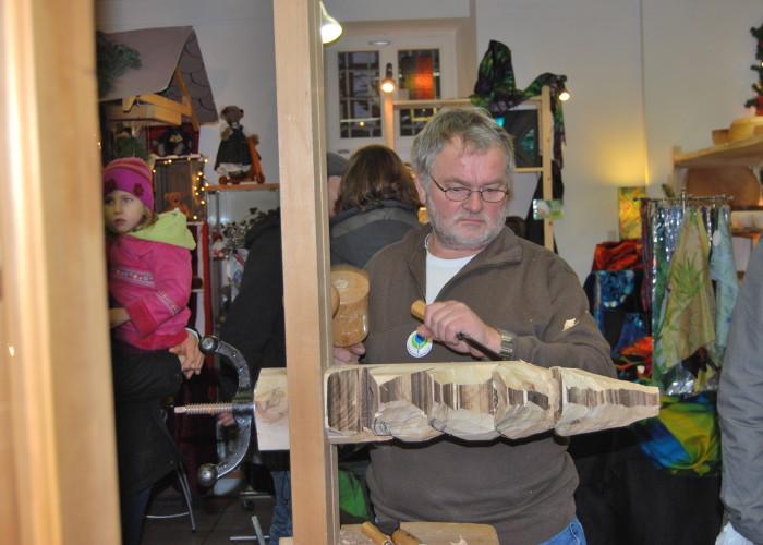 Dem Holzschnitzer schaut man gerne zu.