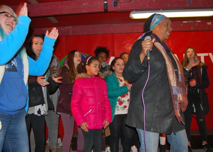 Felicia Peters tritt auf der Fürther Altstadtweihnacht auf