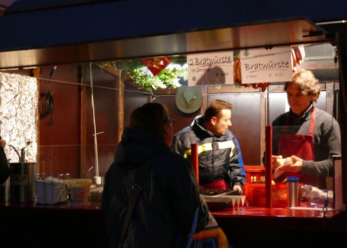 Bei Jung und Alt beliebt sind die Bratwürste auf der Fürther Altstadtweihnacht.