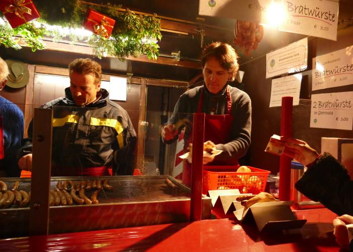 """""""2 Bratwürste im Semmala"""" gehören auf der Fürther Altstadtweihnacht immer dazu."""