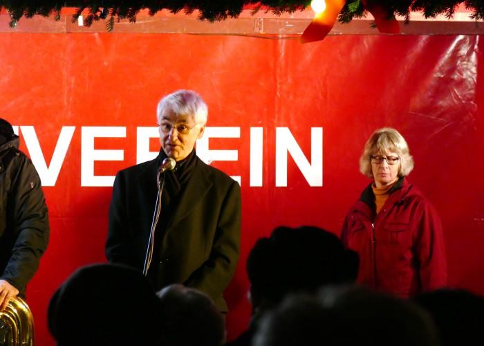 Pfarrer Volker Zuber begrüßt die Besucher und Besucherinnen auf der Eröffnung der Fürther Altstadtweihnacht.