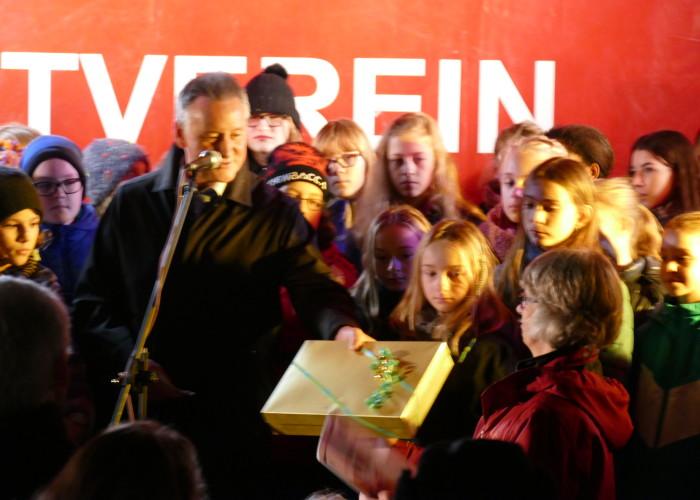 """Ein Geschenk für die Aktion """"Päckchen für Flüchtlingskinder"""" während der Fürther Altstadtweihnacht"""