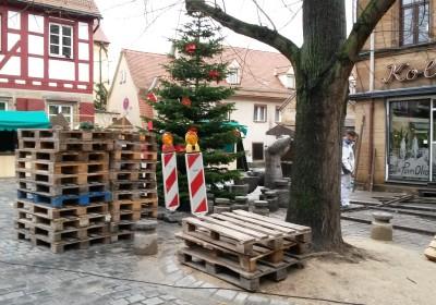 Gegen die Kälte helfen auf der Fürther Altstadtweihnacht Palletten.