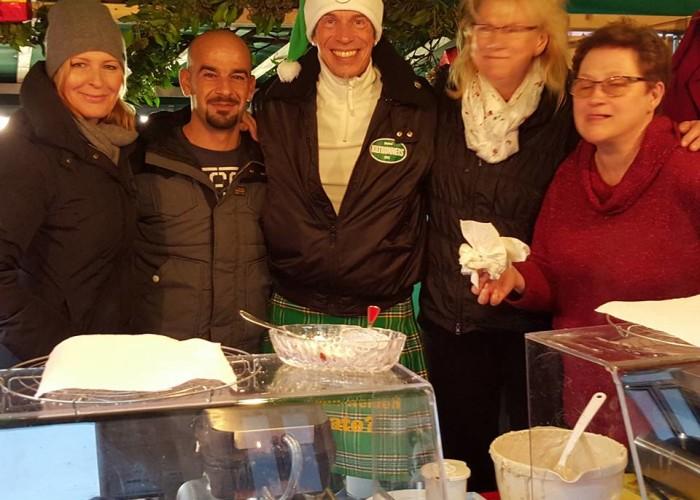 Die Kiltrunners backen Waffeln auf dem Altstadtweihnachtsmarkt.