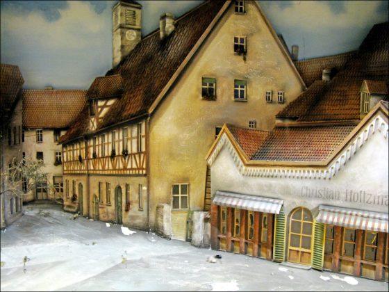 Der Putz bröckelt: perspektivisch zulaufendes Diorama der Waagstraße (Foto: Ralph Stenzel)