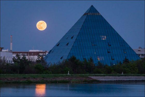 Vollmond bei Pyramide Fürth